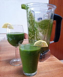Grüner Smoothie, frühstücken aus dem Mixer